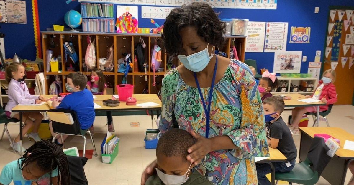 professora Wanda Smith com aluno
