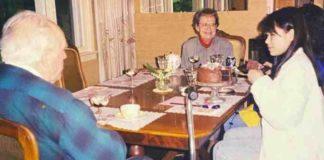 foto antiga pessoas em mesa de jantar