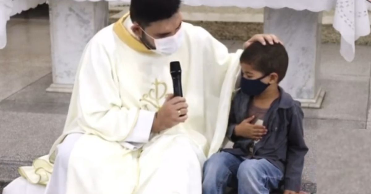 padre reza com menino