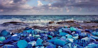 Para alertar sobre poluição, artista cria arte com o lixo das praias. Veja fotos!