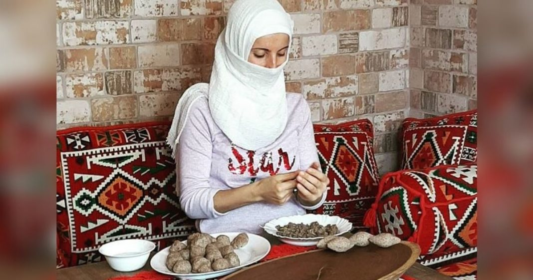 mulher prepara comida árabe