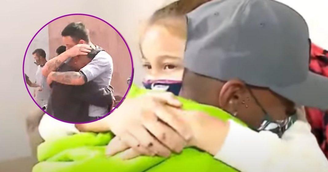 rapaz consolado pelo pai tem encontro com menina atropelada