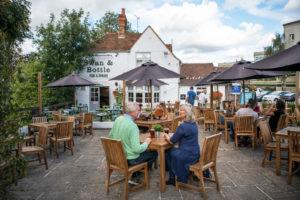 Pessoas em pub britânico durante pandemia do Covid-19