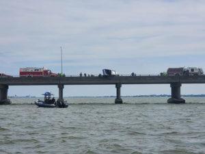 Equipes de resgate em ponte nos EUA