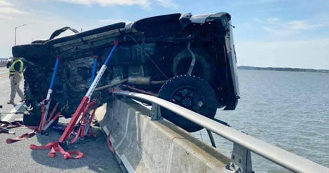 Carro pendurado em ponte após acidente