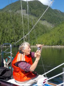 Idosa tirando fotografia em lago