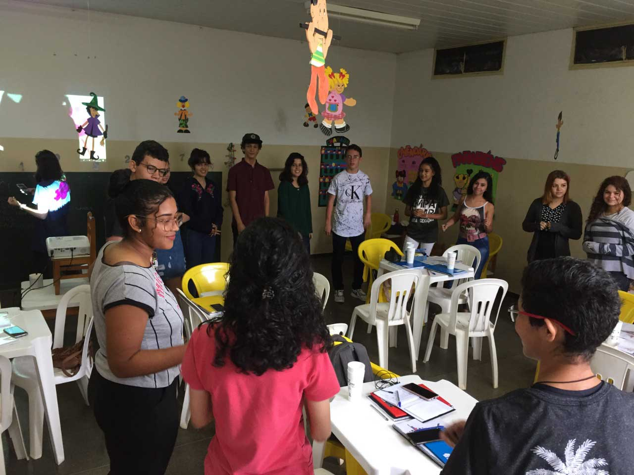 alunos curso inglês atividade grupo