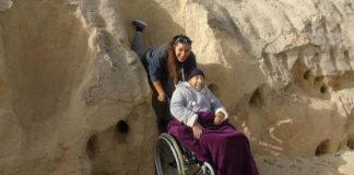 Neta e avó em cadeira de rodas posando para foto