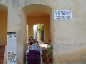 Avó e neta em prédio na Espanha