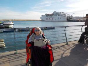 Idosa em porto na Espanha