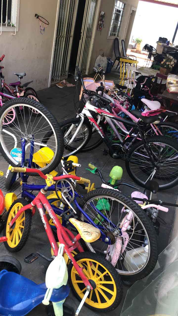 bicicletas espalhadas quintal casa