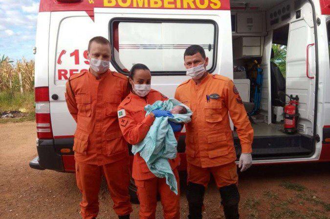 bombeiros seguram bebê recém-nascido abandonado caçamba lixo
