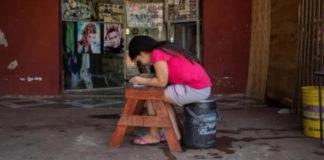 menina estuda frente salão cabeleireiro internet graça