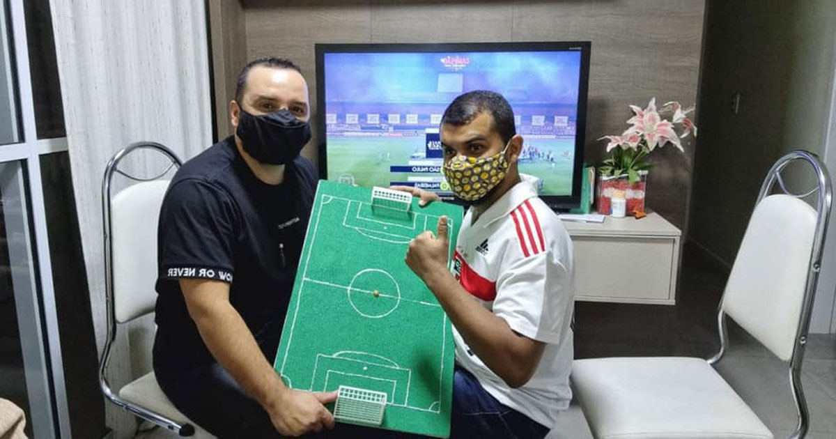 Interprete ajuda surdocego a entender partida de futebol