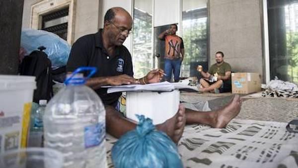 homem estudando no chão