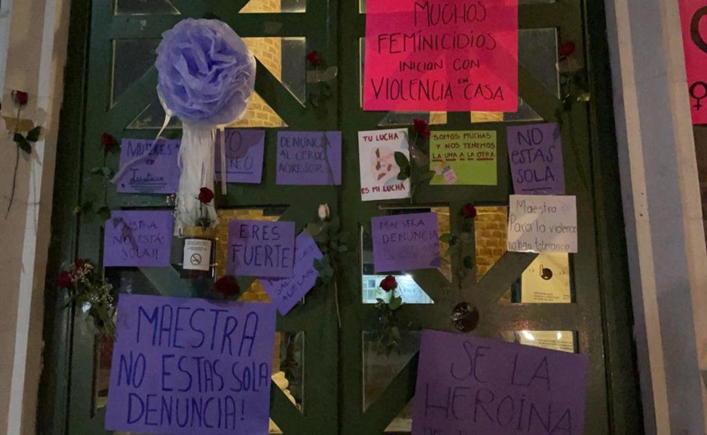 cartazes estudantes colados porta escola apoio professora agredida marido