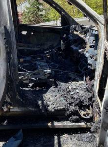 Carro destruído por incêndio