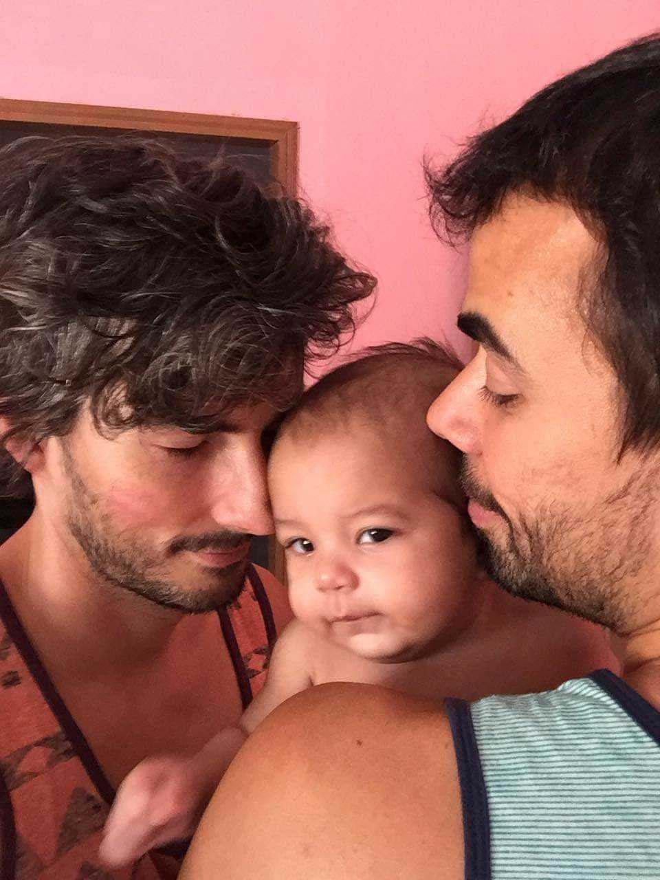 pais gays beijam filho adotivo