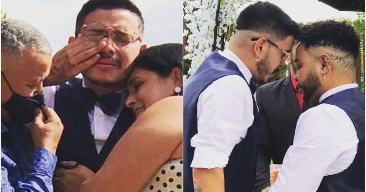 Pais abraçados com filho em dia de cerimônia do casamento