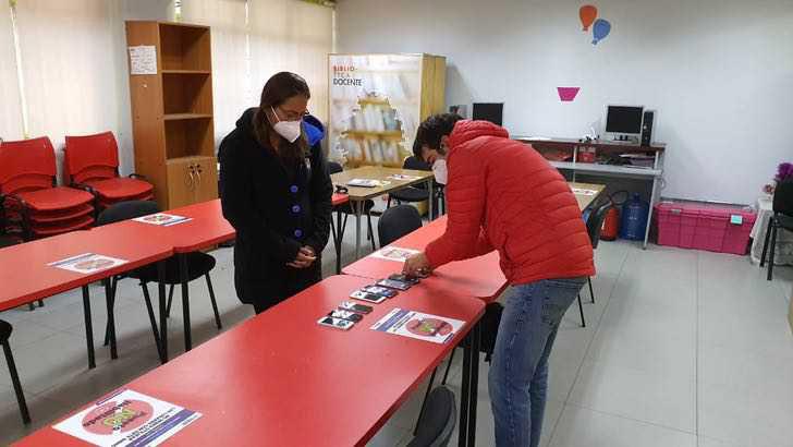 jovem doa celulares diretora escola estudantes baixa renda