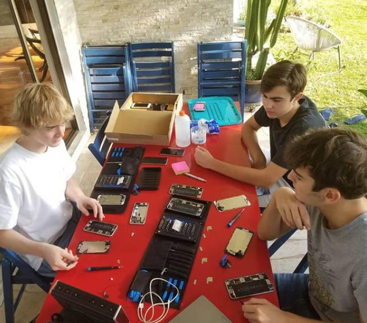 jovens consertando celulares usados doação estudantes baixa renda