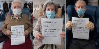 idosos segurando mensagens