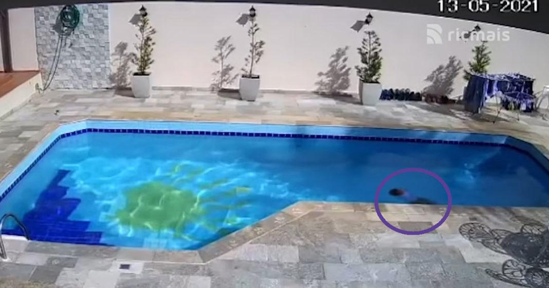 Criança em piscina se afogando