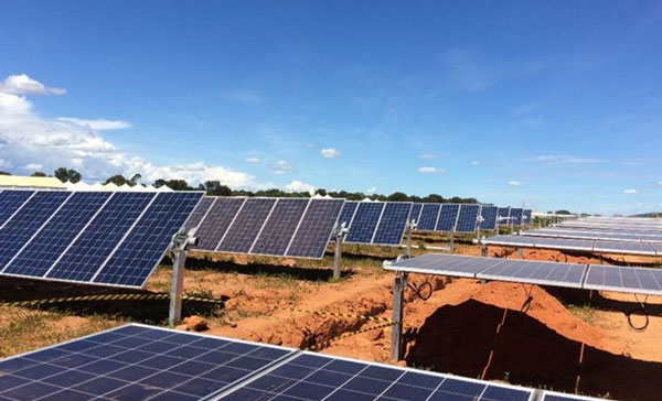 Campo de painéis de energia solar