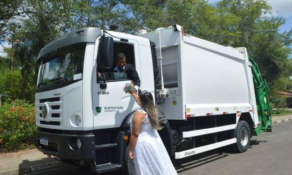 Noivos se beijando em caminhão