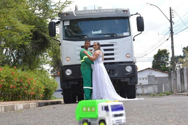 Noivos em frente a caminhão
