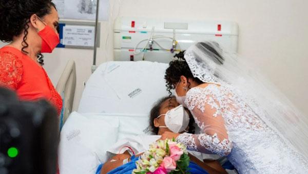 Noiva beijando testa de mãe