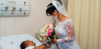 Mãe tocando filha com vestido de noiva