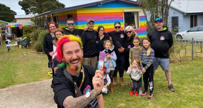 jovem gay ameaçado recebe ajuda vizinhos pintar casa arco-íris
