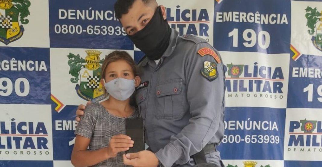 policiais compram celular para menina assistir aulas