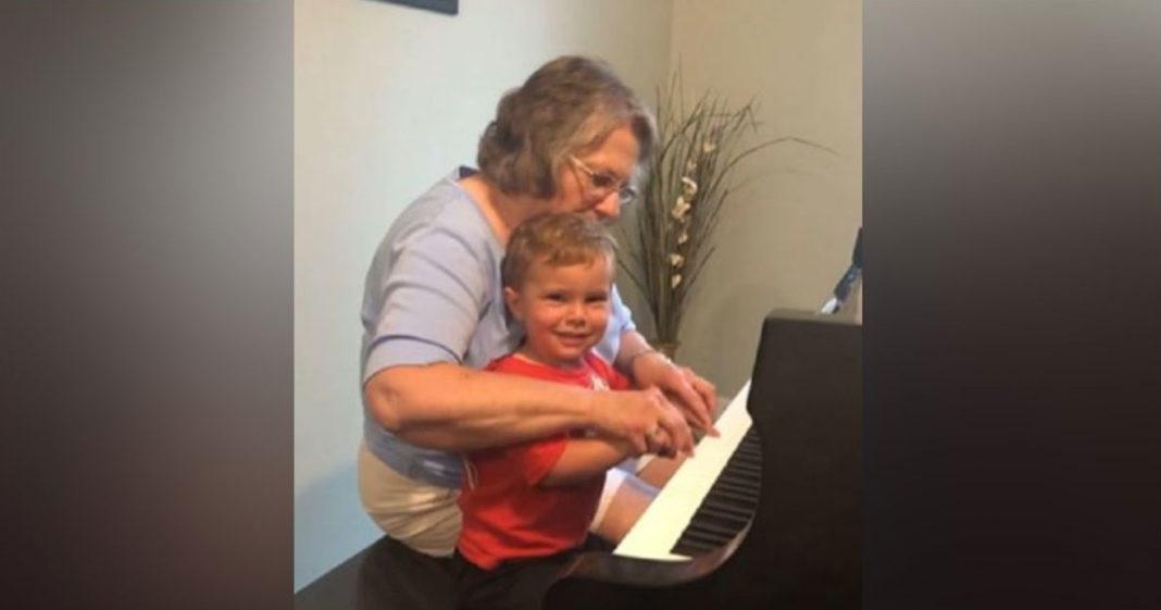 Idosa e criança tocando piano
