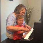 [VÍDEO] Avó e neto com problemas de audição tocam piano juntos após cirurgia