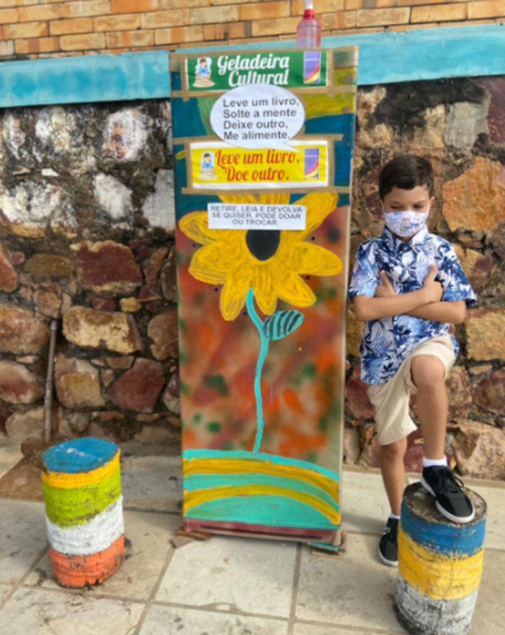 Menino em frente a geladeira cultural