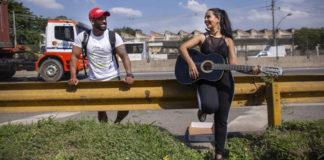 Mulher cantando para homem em estrada
