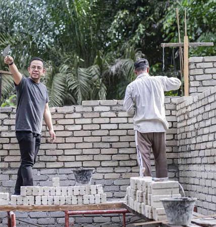 homens construindo casa alvenaria