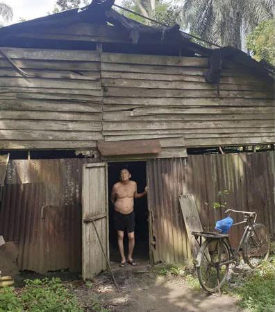idoso porta barraco