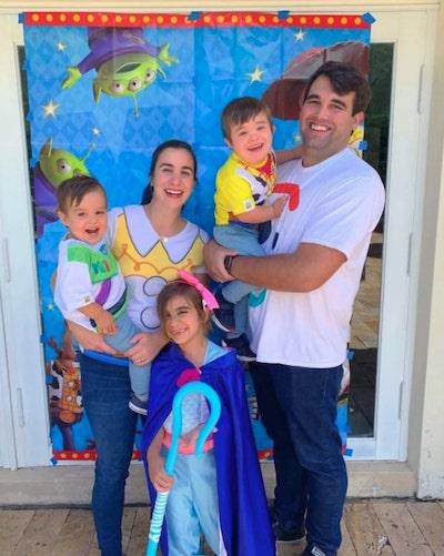 pais com 3 filhos em festa aniversário