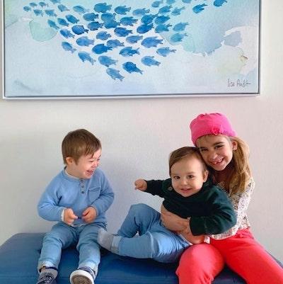 irmã com irmãos mais novos sorrindo