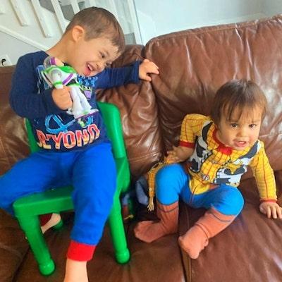 menino down com irmão