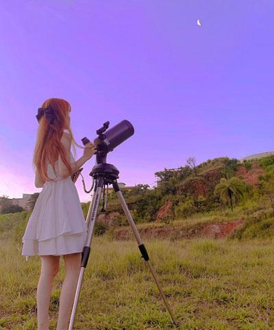 Jovem usando telescópio
