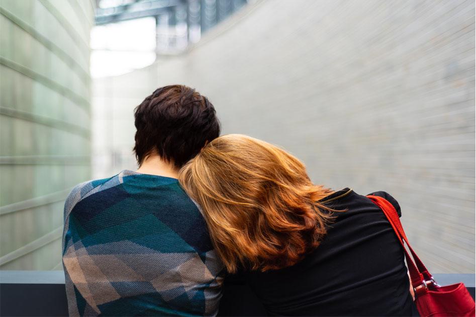 mulher apoiando cabeça ombro amigo