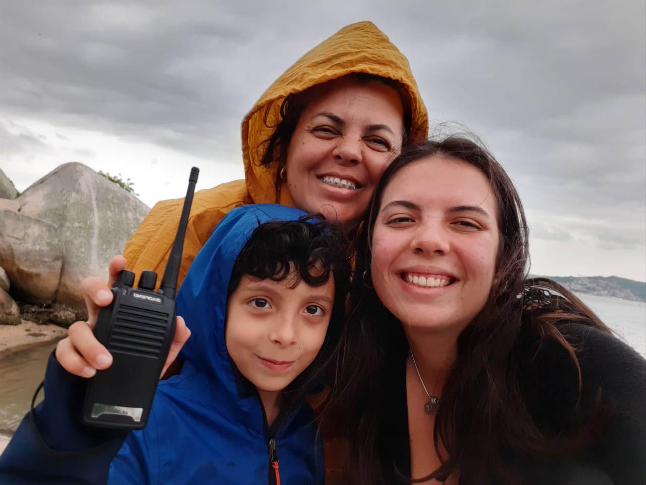 selfie professora filhos praia dia nublado