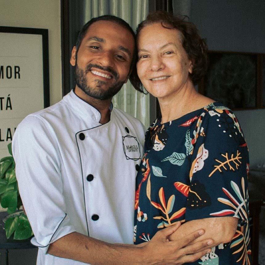 filho usando roupa chef abraçando mãe sorrindo