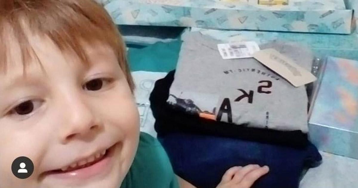 menino autista sorrindo camisetas