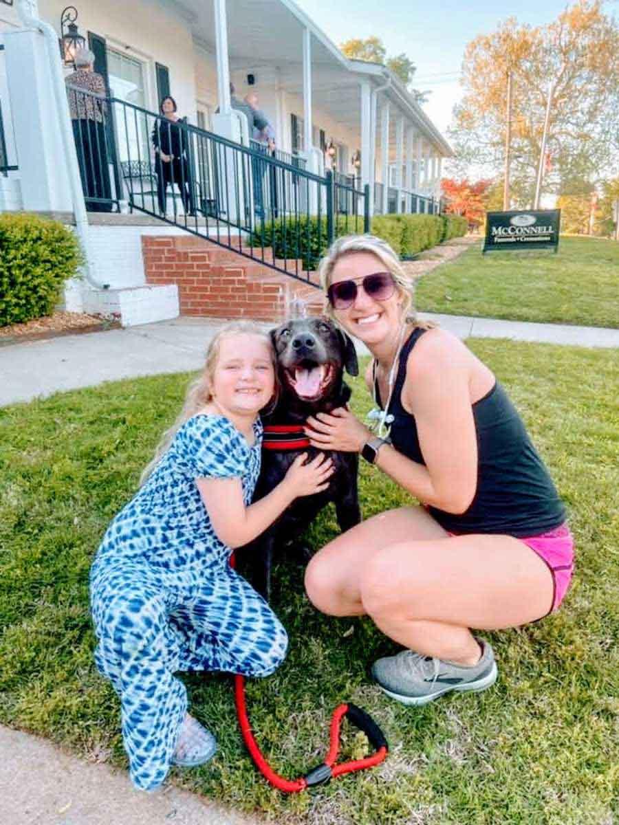 menina mulher abraçam cachorro funeral pai