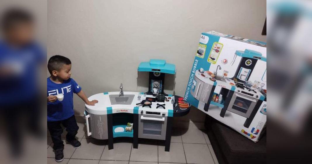 menino ao lado cozinha brinquedo